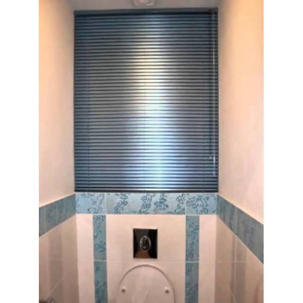 Горизонтальные жалюзи в туалет